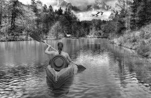 девушка плывет в лодке