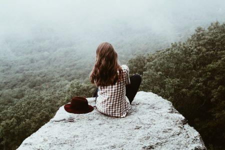 девушка сидит на скале