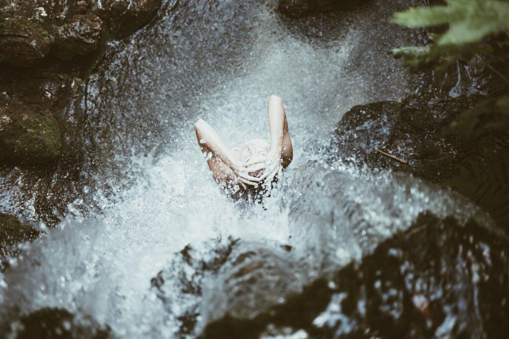 девушка под водопадом