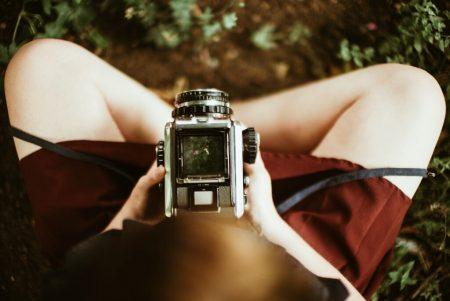 камера на коленях