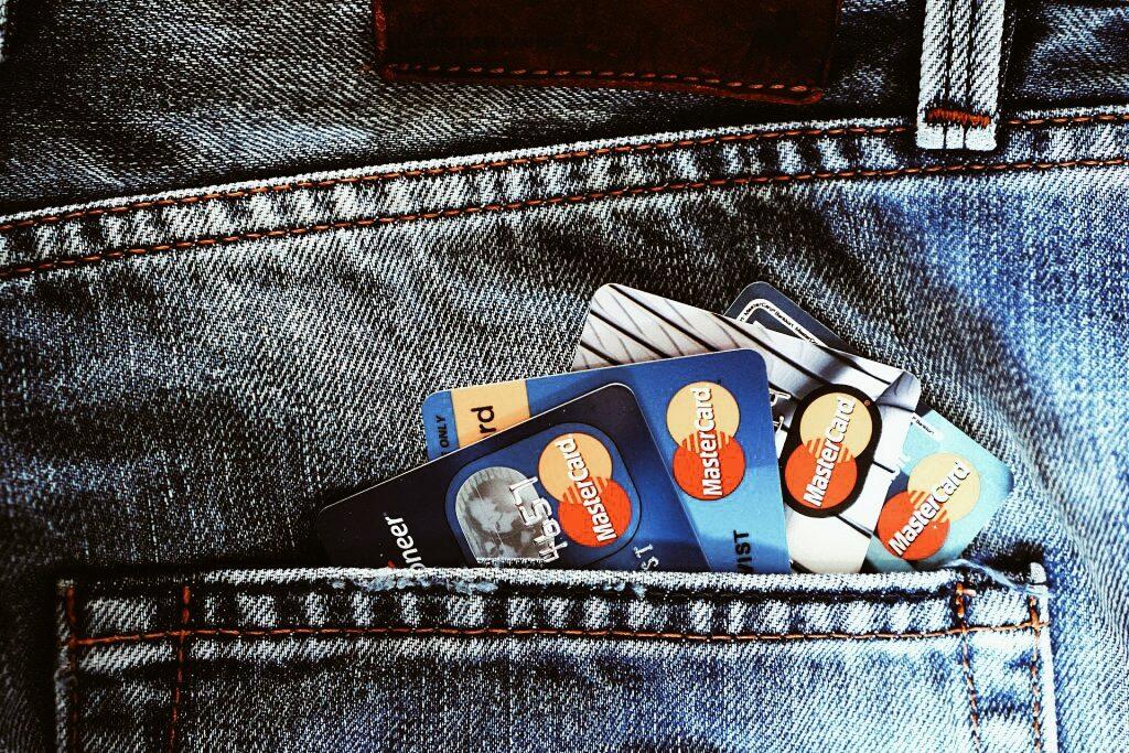 кредитки в кармане