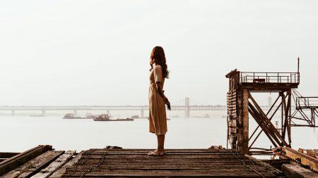 девушка в одиночестве на пирсе